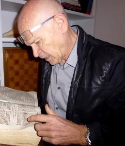 Der gelernte Buchhändler interessiert sich auch für sehr alte Bücher © Lobig