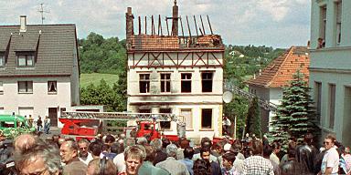 Trauerfeier vor dem zerstörten Haus zwei Jahre nach dem tödlichen Brandanschlag.  © Roland Scheidemann/dpa