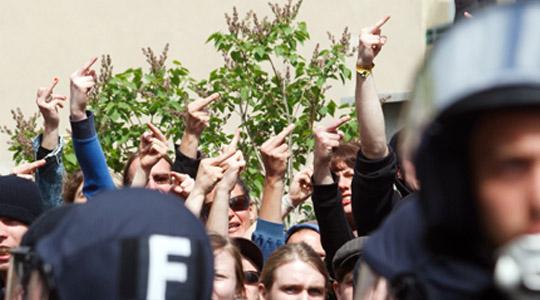 Mittelfinger für die Neonazis: Trotz Polizeiabsperrungen gelangten Gegendemonstranten an die Aufmarschstrecke © Theo Schneider