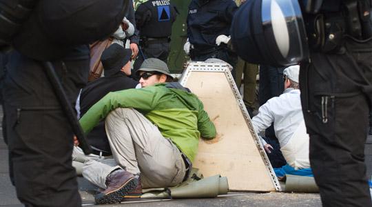 Mit den Armen in der Betonpyramide blockieren vier Aktivisten für Stunden die NPD-Route © Theo Schneider