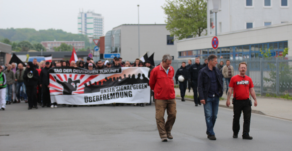 Marsch durch ein menschenleeres Gewerbegebiet © ARUG