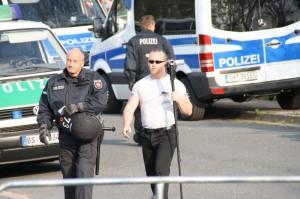 NPD-Funktionär Roy Elbert wird von der Polizei nach dem Vorzeigen eines Presseausweises zum Abfilmen der Gegendemo begleitet, Foto: Störungsmelder.