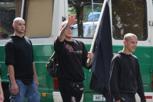 Bereits bei der Anreise beim Aufmarsch 2012 machten die Neonazis keinen Hehl aus ihrer Gesinnung, Foto: Kai Budler.
