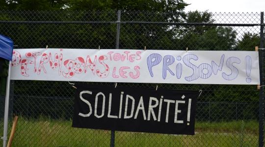 """""""Zerstört alle Gefängnisse""""- Protestbanner am Zaun des Abschiebegefängnisses in Luxemburg-Findel © Max Bassin"""