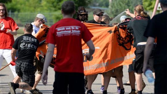 Mit Fahnenstöcken und Pfefferspray attackieren NPD-Anhänger Gegendemonstranten in Eisenhüttenstadt  © dpa