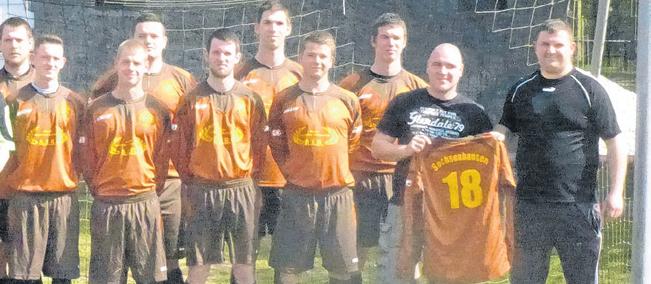 Braune Trikots mit Neonazi-Code: Ausschnitt des vom Verein an die Lokalpresse verschickten Mannschaftsfotos. Repro: PNN