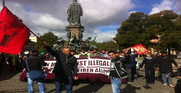 Da das Gespräch der Landtagsabgeordneten mit den Flüchtlingen nicht wie geplant im bayrischen Landtag stattfand, haben sie heute Morgen davor demonstriert © Caro Lobig