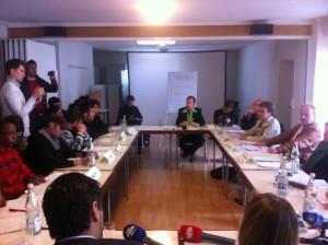 Die bayerischen Landtagsabgeordneten haben sich mit sieben Flüchtlingen gemeinsam an einen Tisch gesetzt © Caro Lobig
