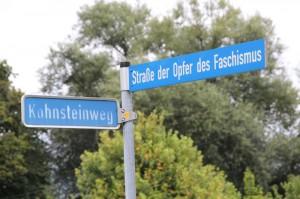 """Besonders zynisch: Die Plakate hängen auf der """"Straße der Opfer des Faschismus"""", Foto: Publikative.org"""