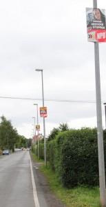 """Die Zufahrtsstraße, die """"Straße der Opfer des Faschismus"""" ist massiv mit NPD-Plakaten behangen, Foto: Publikative.org."""