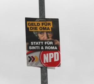 Auch auf den Zufahrtswegen der KZ-gedenkstätte hängen die antiziganistischen Plakate, Foto: Publikative.org