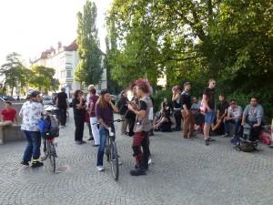 Der Platz füllte sich immer mehr mit Sympathisanten, die die ankommenden Flüchtlinge unterstützen wollten © Caro Lobig