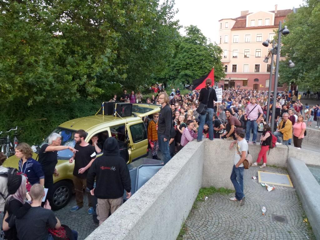 Die Stimmung war euphorisch und energiegeladen, als die Demonstration von der Münchner Freiheit aus gemeinsam mit den Flüchtlingen loszog  © Caro Lobig