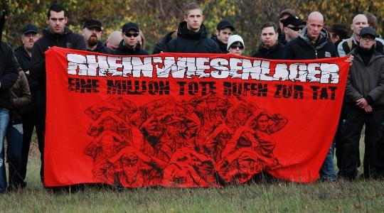 """""""Eine Million Tote rufen zur Tat""""? - Neonazis und ihre eigene Geschichtsschreibung beim """"Trauermarsch"""" in Remagen im Jahr 2012. © Fabian Boist"""