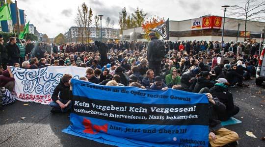 Hunderte Nazigegner blockierten erfolgreich einen rechten Aufmarsch in Berlin-Hellersdorf ©  Theo Schneider