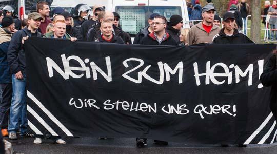 140 Teilnehmer des Neonazi-Aufmarsches wollten gegen eine Unterkunft für Asylsuchende protestieren. © Theo Schneider