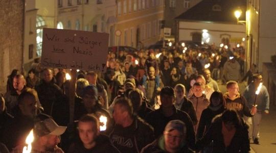 Neonazis und BürgerInnen ziehen gemeinsam mit Fackeln durch Schneeberg
