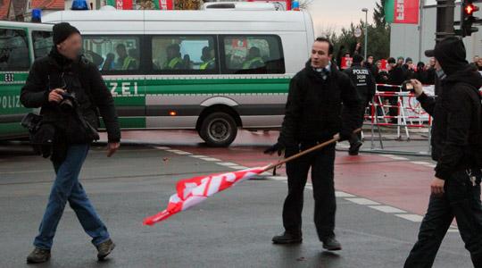 Vor den Augen der Polizei und doch folgenlos: Ein Neonazi schlägt einen Fotografen mit seiner Fahnenstange © Presseservice Rathenow