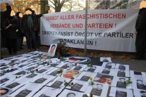 Kundgebung am Ort der Ermordung Süleyman Tasköprüs, November 2011. Die Bilder zeigen Mordopfer rassistischer und neofaschistischer Gewalt seit 1990