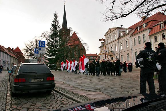 """""""Die Rechte"""" marschiert auf dem Marktplatz auf, um gegen angebliches Flüchtlingsheim zu protestieren. Foto: Danny Frank"""