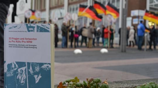 """Ein Ratgeber für die Praxis: """"33 Fragen und Antworten zu Pro Köln/Pro NRW"""" (Foto: Jan Maximilian Gerlach)"""