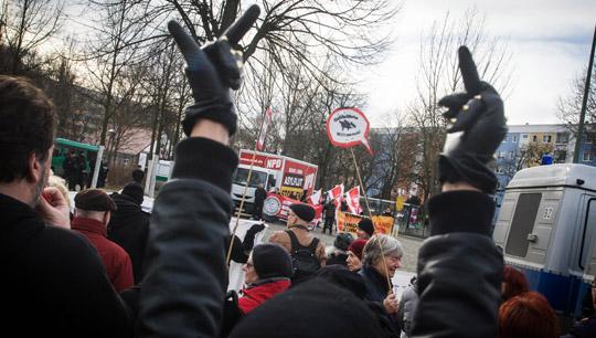 Bereits Anfang des Monats sah sich den NPD bei einer Kundgebungstour mit zahlreichen Gegendemonstranten konfrontiert © Theo Schneider
