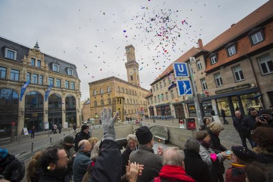 NazigegnerInnen feiern vor dem Fürther Rathaus mit Konfetti die Niederlage der Neonazis Foto: Timo Müller