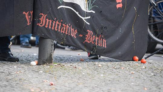 Eingesaut: Ein Neonazi-Transparent wurde zum Schutzschild umfunktioniert © Theo Schneider