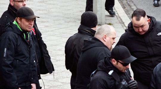 """Der Angreifer W. (links) zuvor in Weimar mit dem Berliner """"Rechte""""-Landesvorsitzenden Uwe Dreisch (mitte) und dem Anmelder Michael Fischer (rechts) © Sören Kohlhuber"""