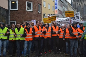 Ordner führen den Demonstrationszug an © Max Bassin