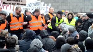 Ordner gehen gegen Sitzblockierer vor © Max Bassin