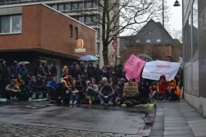 Endstation: Gegendemonstranten blockieren die Demonstrationsroute © Max Bassin