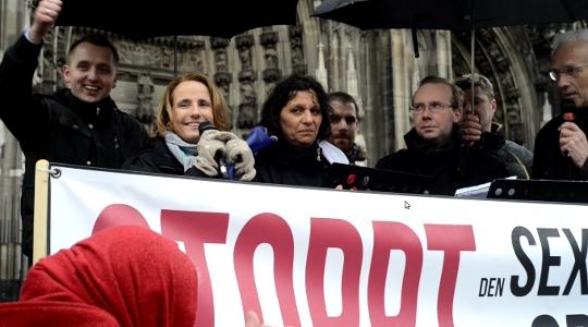 Europäische Redner im Schatten des Kölner Doms: Mathias Ebert, Béatrice Bourges, Farida Belghoul, Alain Escada (v.l.n.r.) © Max Bassin