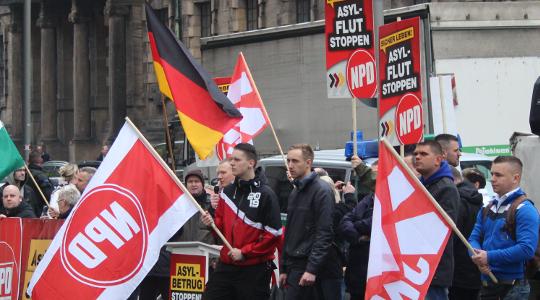 Etwa 20 NPD-Anhänger fanden sich vor dem Rathaus ein  © Silvio Werner