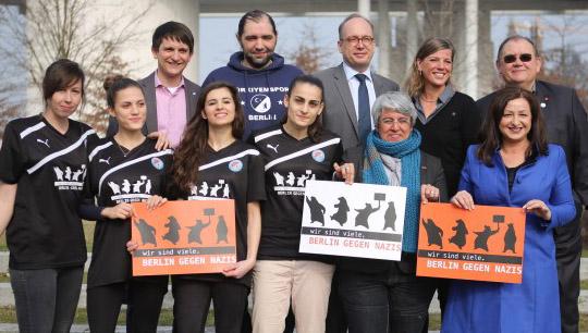 Spielerin von Türkiyemspor Berlin mit Senatorin Dilek Kolat, VDK-Geschäftsführerin Bianca Klose, Roland Tremper (ver.di), Murat Dogan (Türkiyemspor), Jörg Steinert (LSVD) & Alexander Jung (Vattenfall Berlin).