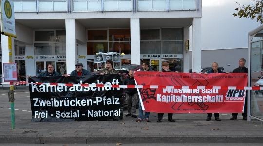 Ein gewohntes Bild: NPD-Minikundgebung in Trier © Max Bassin