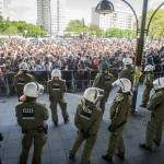 Bereitschaftspolizisten stehen tausenden Menschen gegenüber © Theo Schneider