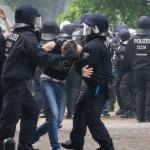 16 Gegendemonstranten nahm die Polizei fest. © Theo Schneider
