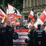 In Adlershof konnte die NPD umringt von Polizei noch eine kurze Strecke laufen © Theo Schneider
