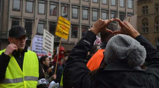 """Trotz aller Diskussionen: Vor Ort überwog friedlicher Protest gegen die """"Initiative Besorgte Eltern"""" © Max Bassin"""