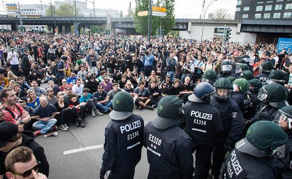 Polizisten stehen tausenden Blockierern an der Jannowitzbrücke gegenüber © Theo Schneider