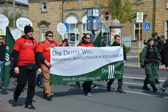 """FNS- AktivistInnen tragen ein """"Der dritte Weg"""" Transaprent, links Matthias Fischer ©TM"""