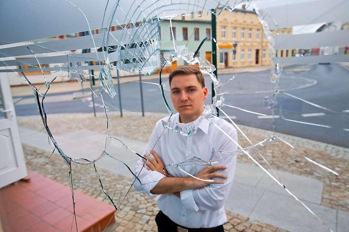 Engagiert gegen Nazis: SPD-Politiker Patrick Dahlemann vor dem beschädigten Büro. © dpa