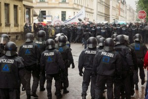 Zurückdrängen der Blockade in der Uhlandstraße  © Daniel Lima / visual.change