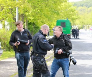 Ein Polizeibeamter verlangt Zugriff auf die Kamera eines Fotografen, Foto: Felix M. Steiner