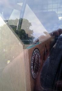 Einer von zwei Nazisticker an einer Kiste mit Polizei-Ausrüstung. (Foto: Bündnis gegen Rechts)