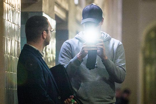 Weiter wie bisher: Schmidtkes Begleitung, der  bekannte Neonazi Christian Paul S. fotografiert Journalisten am Rande der Verhandlung © Theo Schneider
