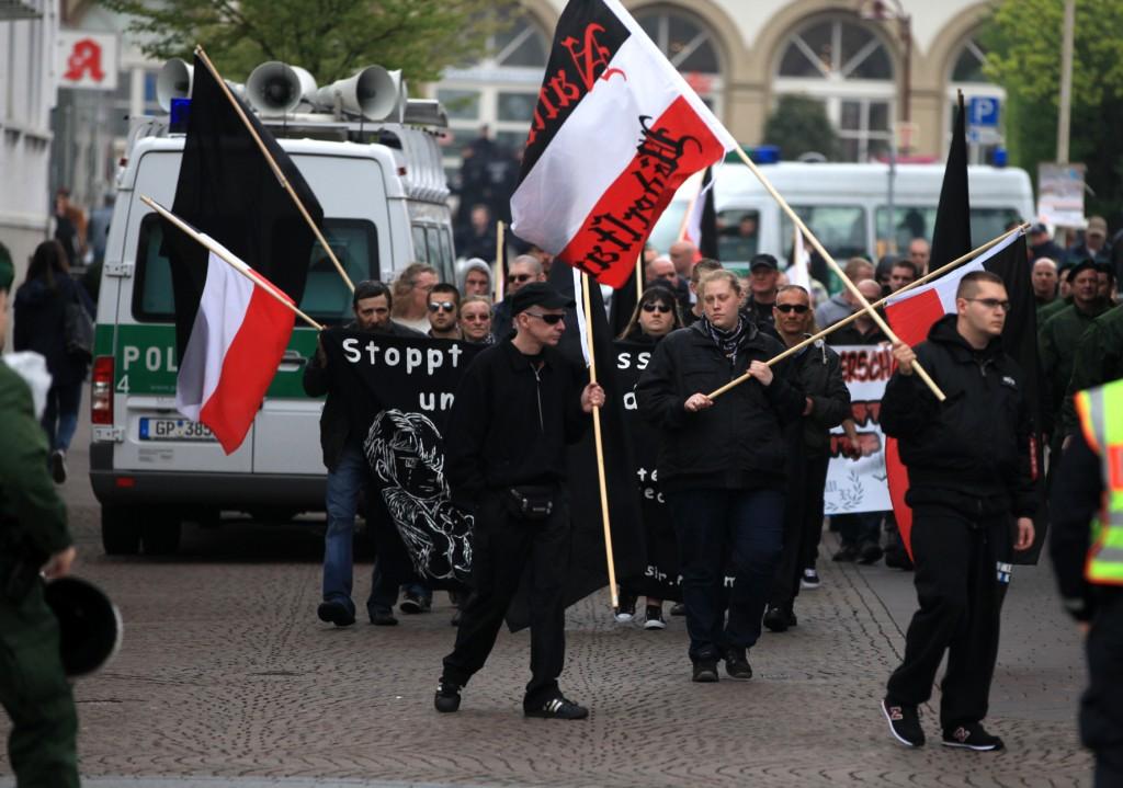 Unpolitischer Gewalttäter? Andreas L. bei einem Naziaufmarsch 2014 (r. mit Fahne)