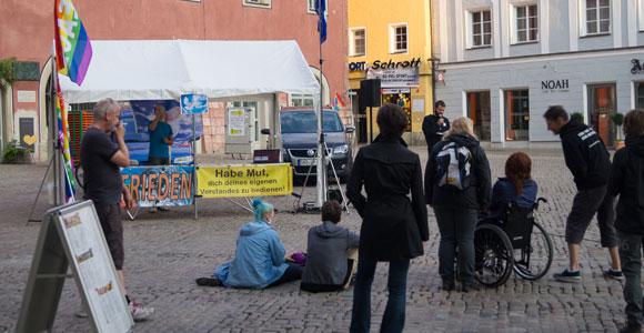 Wenig los, dafür inhaltlich immer bizzarer - die Montagsmahnwache in Regensburg