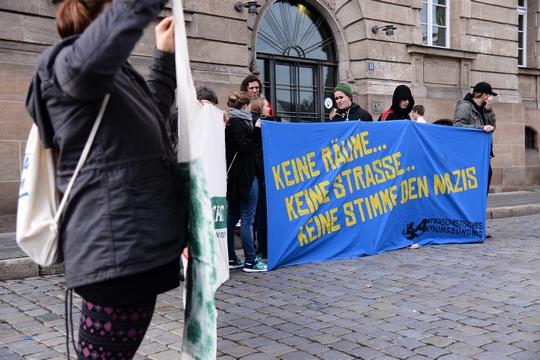 Rund 40 Personen protestierten vor dem Amtsgericht Fürth gegen den Prozess | Foto: Müller
